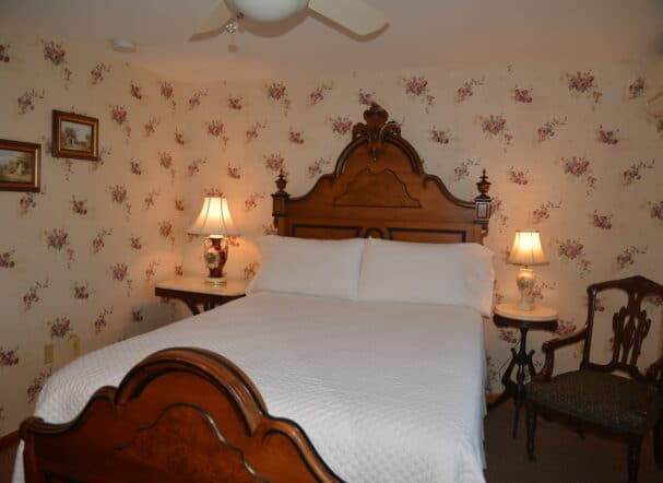 Room 1 queen bed