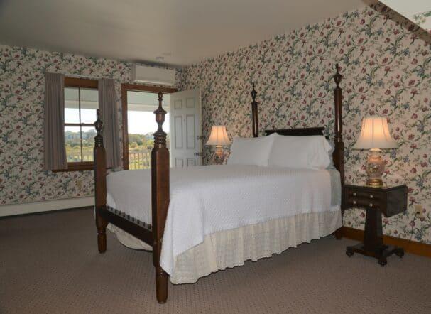 Room 19 Queen bed
